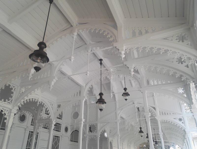 Detaljen av typisk kolonnadarkitektur i Karlovy varierar, Tjeckien royaltyfri foto