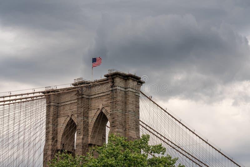 Detaljen av upphängning kablar på den Brooklyn bron New York royaltyfri fotografi