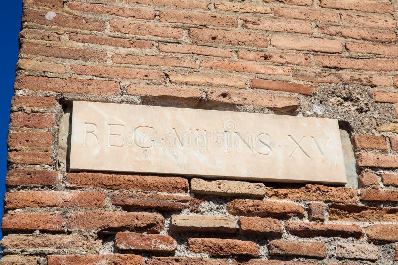 Detaljen av väggarna på fördärvar av den forntida staden av Pompeii royaltyfri fotografi