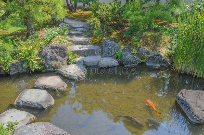 detaljen för casts för bambublackblocket som låter vara den stora blåa brutna grävas fallet få japan l för trädgårds- granit för  arkivbild