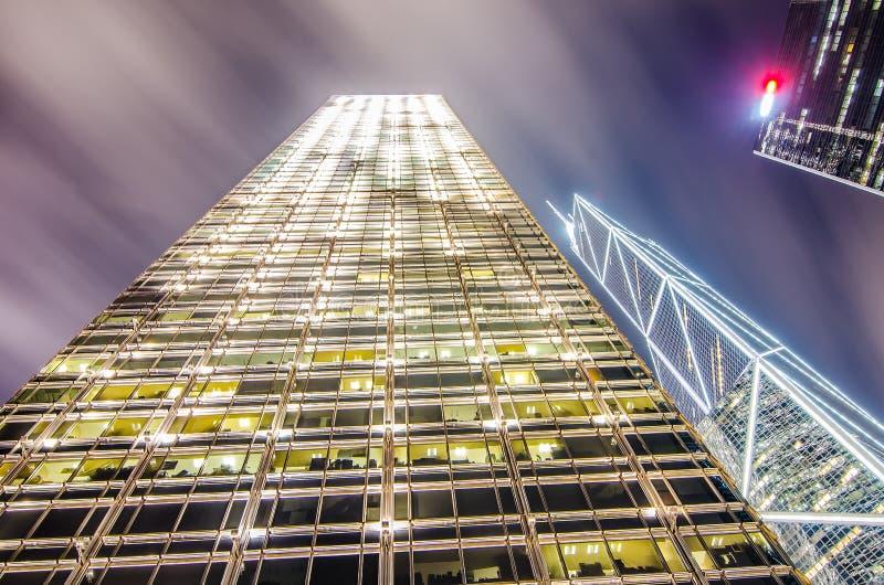 Detaljer av affärsbyggnader på natten i Hong Kong royaltyfria foton