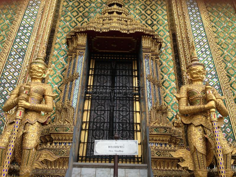 Detaljer av architeturen på Wat Phra Kaew in arkivbilder