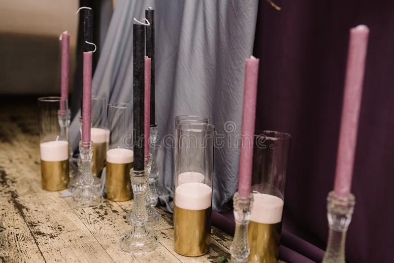 Detaljer av att dekorera av ett bröllop: stearinljus, blommor och ljusstakar fotografering för bildbyråer