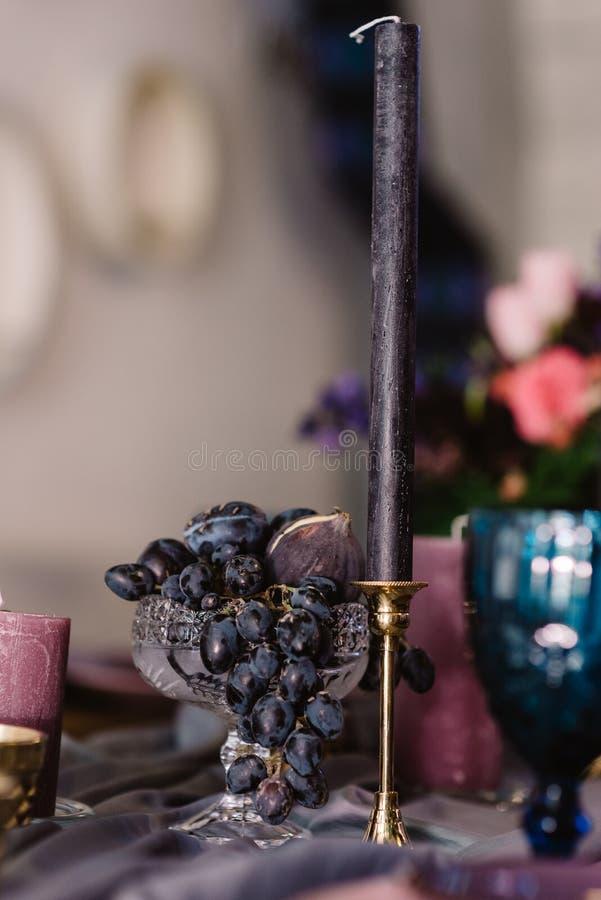 Detaljer av att dekorera av ett bröllop: stearinljus, blommor och ljusstakar royaltyfria bilder