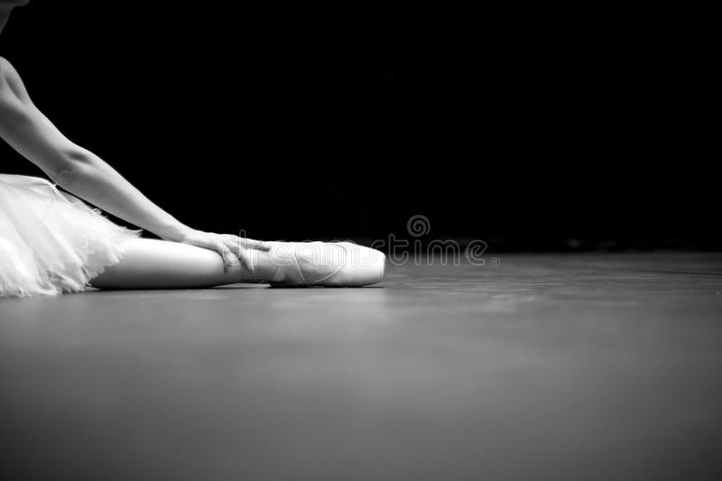 Detaljer av balettdansörsammanträde på golv royaltyfria foton