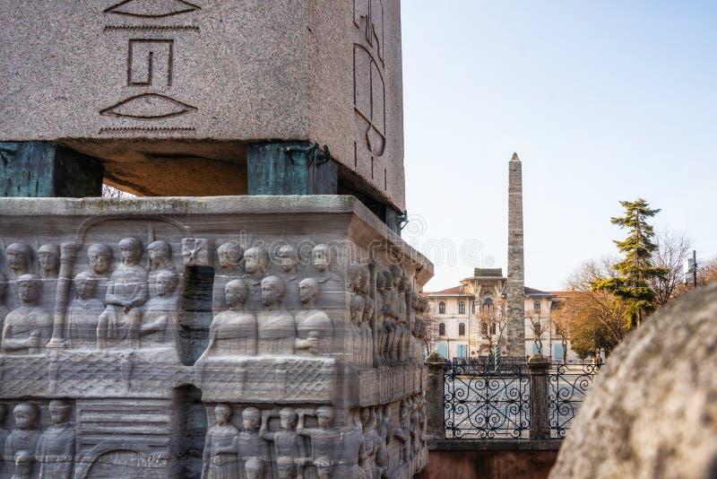 Detaljer av baslättnaden av sockeln av Theodosius Obelisk och den Walled obelisken i Istanbul, Turkiet royaltyfria bilder