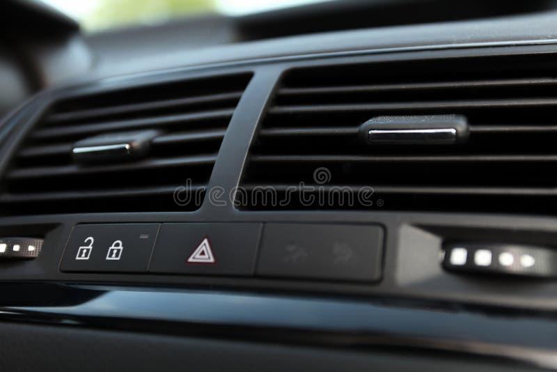 Detaljer av betinga för knapp och för luft för bil nöd- fotografering för bildbyråer