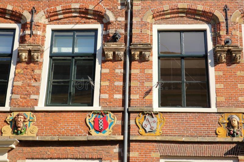 Detaljer av carvingsna av en husfasad som lokaliseras på den Jansstraat gatan i Haarlem royaltyfri bild