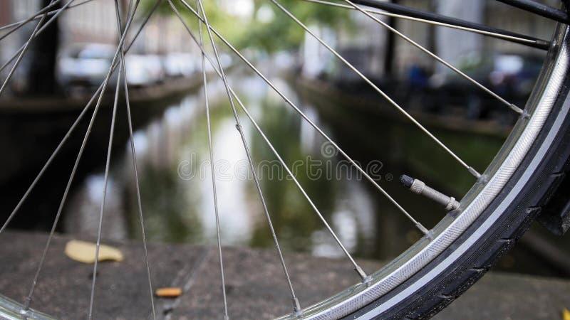 Detaljer av cykelhjulet på den Amsterdam kanalen, höst, Nederländerna fotografering för bildbyråer