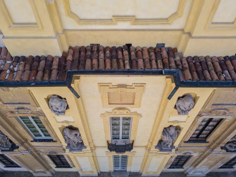 Detaljer av den Arconati villan, statyfönstren och balkongerna Villa Arconati, Castellazzo, Bollate, Milan, Italien flyg- sikt royaltyfri fotografi