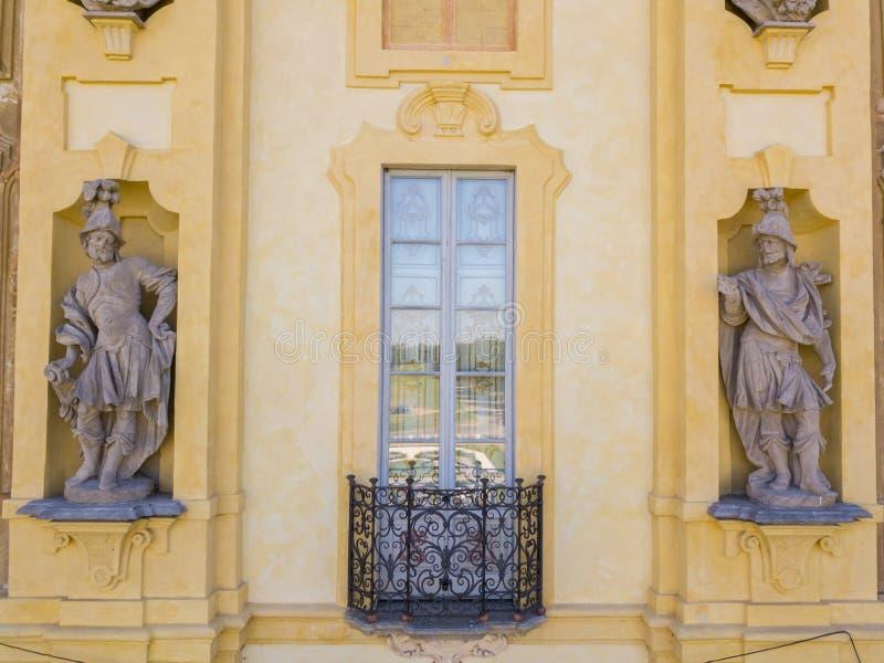 Detaljer av den Arconati villan, statyfönstren och balkongerna Villa Arconati, Castellazzo, Bollate, Milan, Italien flyg- sikt fotografering för bildbyråer
