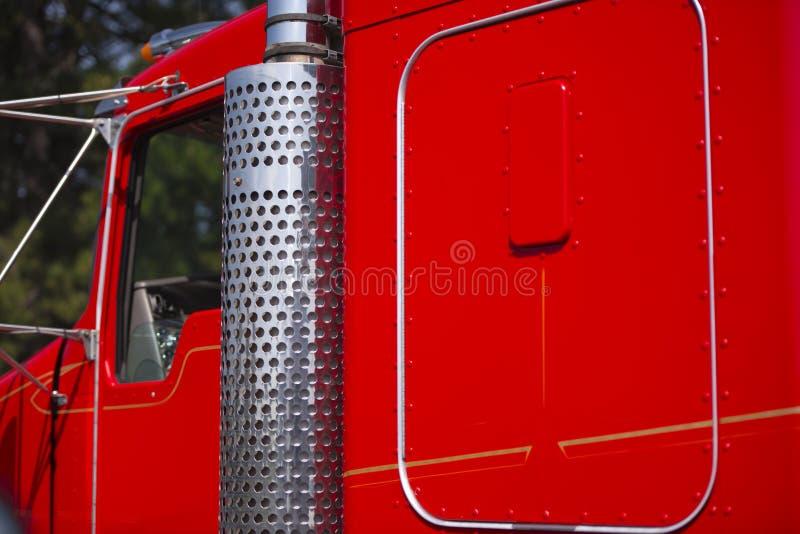 Detaljer av den chic klassiska röda lastbilen för krom och för målarfärg royaltyfri fotografi