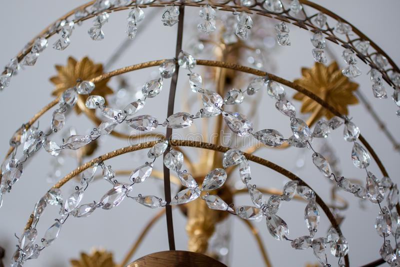 Detaljer av den gamla kristallkronalampan arkivbild