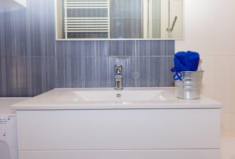 Detaljer av den moderna badrummen arkivbilder