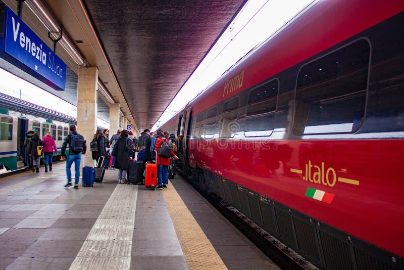Detaljer av den Santa Lucia stationen i Venedig, det sista stoppet för Venedig en brådska av passageraredrev båda turister och pe arkivfoto