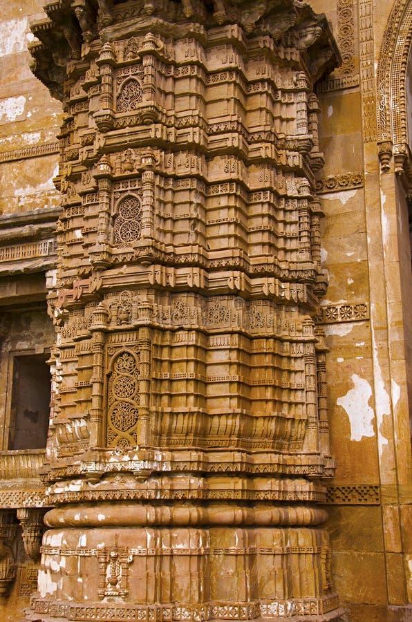 Detaljer av den sned pelaren av den yttre väggen av Jami Masjid Mosque, UNESCO skyddade Champaner - arkeologiska Pavagadh parkera arkivfoto