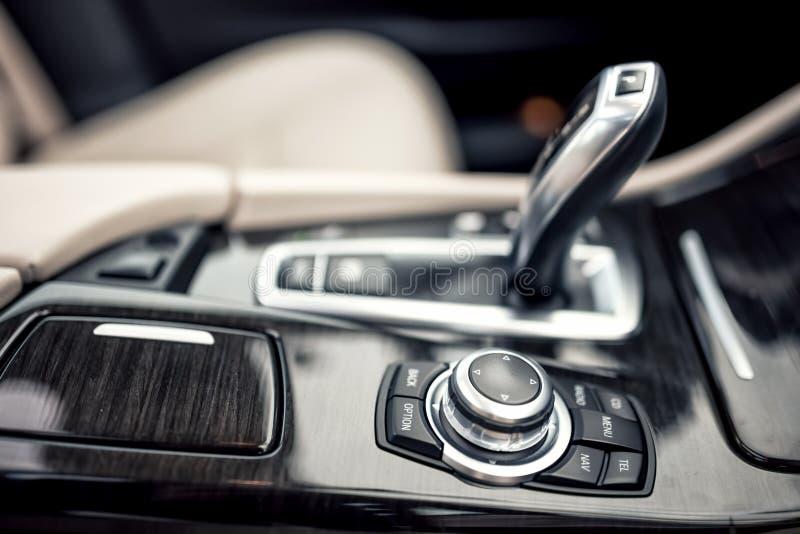Detaljer av det minimalist designbegreppet av moderna bil- närbilddetaljer av den automatiska överföringen och växelspaken arkivbild