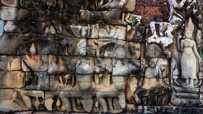 Detaljer av Devatas på spetälskkonungen i Angkor Thom royaltyfria bilder
