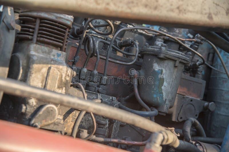 Detaljer av en blå bytraktor med smutsiga hjul, motor, rud fotografering för bildbyråer