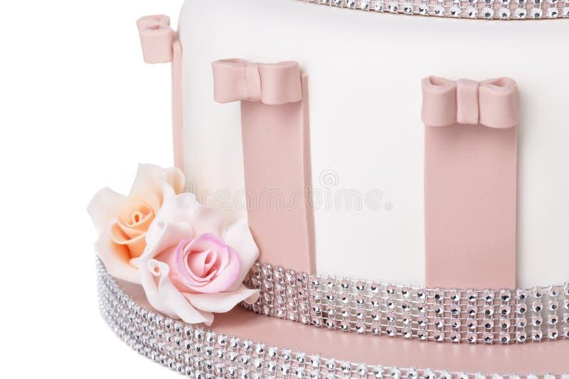 Detaljer av en bröllopstårta, blommor av rosor från en sockerdeg royaltyfri fotografi