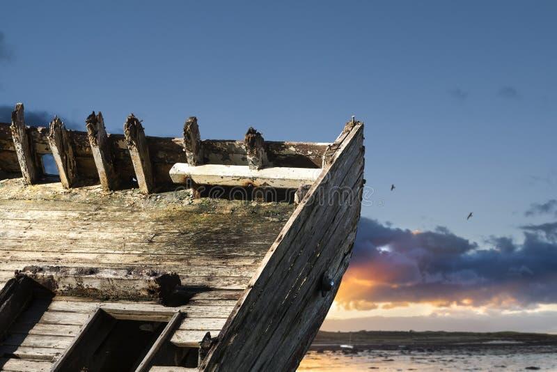 Detaljer av en gammal övergiven fiskebåt i lågvatten i Conquet royaltyfri fotografi