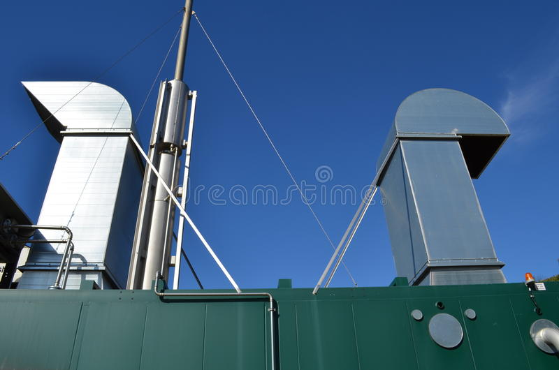 Detaljer av en kombinerad värme och kraftverk royaltyfri bild