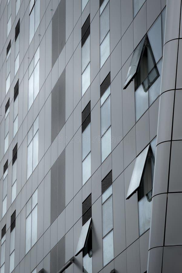 Detaljer av en modern glass skyskrapakontorsbyggnad med öppen w royaltyfri fotografi