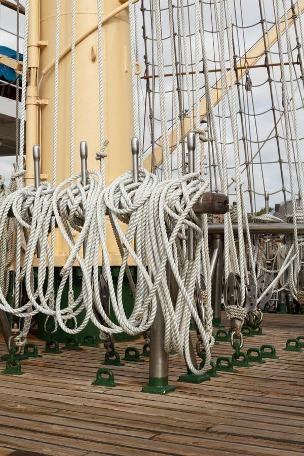 Detaljer av en segelbåt pryder utrustning royaltyfri foto