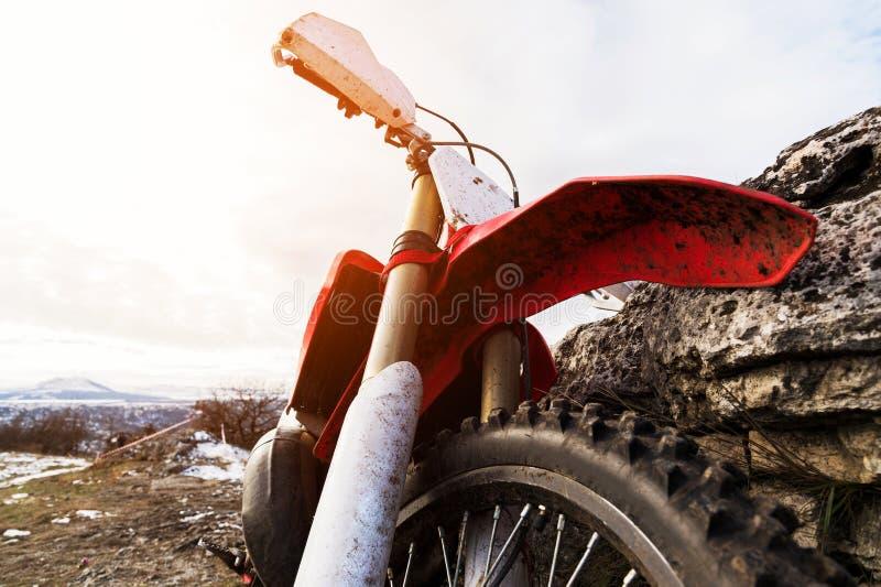 Detaljer av enduromotorcykeln Sned boll metar royaltyfri fotografi