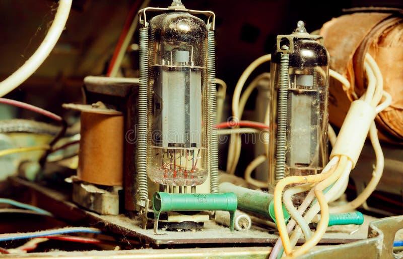 Detaljer av ett gammalt rör ampere inom radion eller skivtallriken royaltyfri fotografi