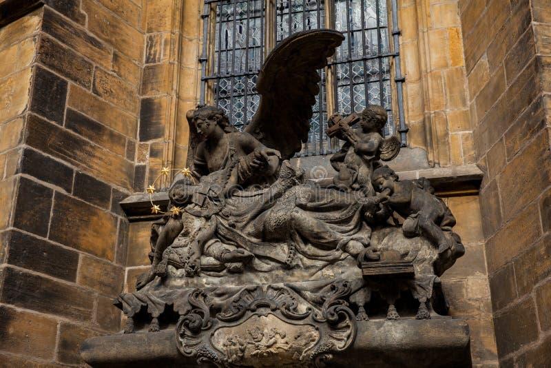 Detaljer av fasaden av den storstads- domkyrkan av helgon Vitus, Wenceslaus och Adalbert i Prague fotografering för bildbyråer
