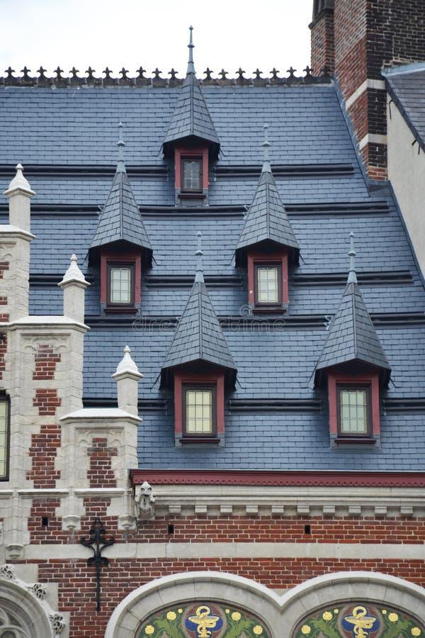 Detaljer av historisk byggnad längs Montagnen de la Cour Hofberg i Bryssel royaltyfria bilder