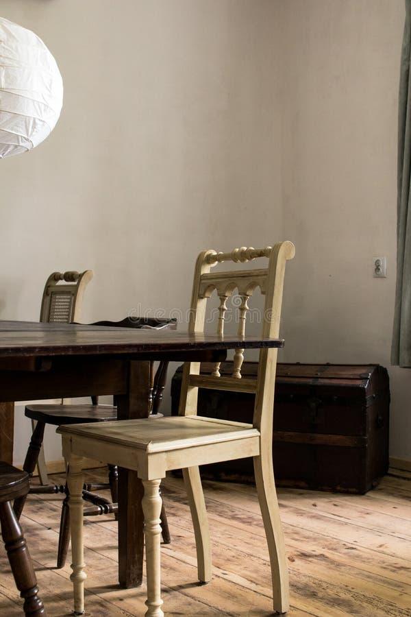 detaljer av inre av en matsal av ett hus för gammalt land royaltyfri foto