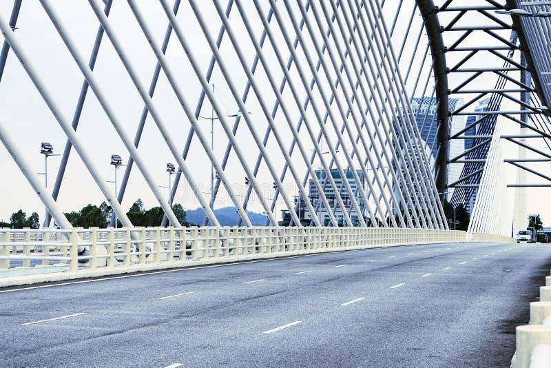 Detaljer av modern arkitektur - en tom asfaltväg på en stor bro i Cyberjaya, Malaysia royaltyfri foto