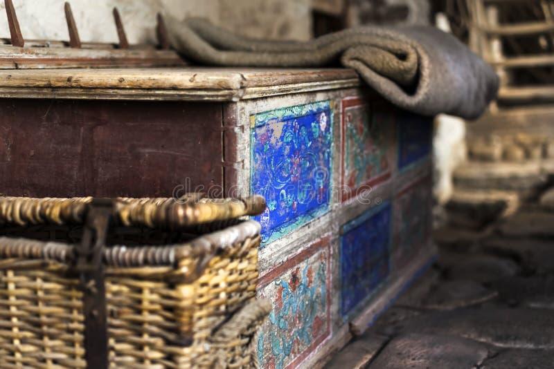 Detaljer av några mycket gamla hushållobjekt i en gammal slott i kraft arkivfoton