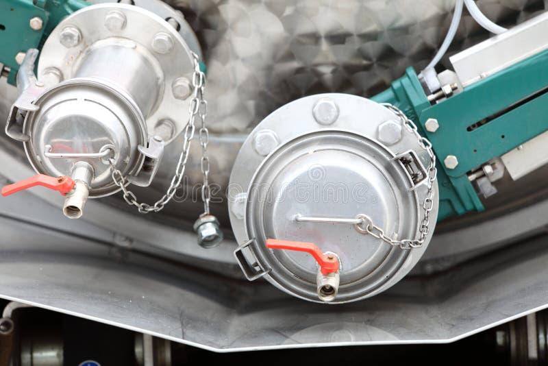 Detaljer av ny kloak åker lastbil utrustning, branschventiler arkivbilder