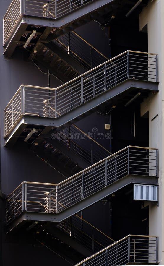 Detaljer av stegen bredvid den byggande sikten Linje geometrisk modell av arkitektur arkivbilder
