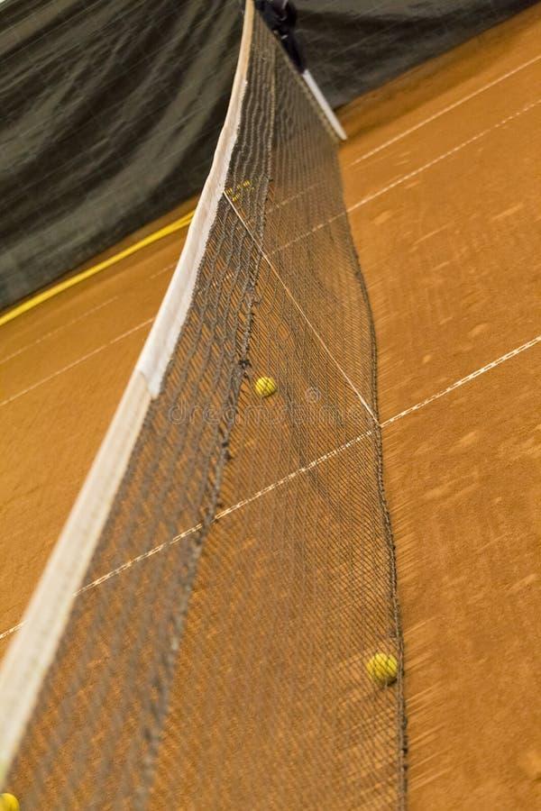 Detaljer av tennisbollar och förtjänar i en inre ballong arkivbilder