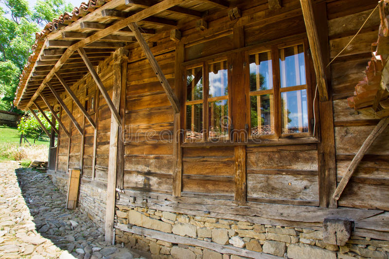 Detaljer av träarkitektur i bulgarisk by arkivfoto