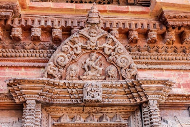 Detaljer av träskulptur på den hinduiska templet i Katmandu, Nepal royaltyfria foton