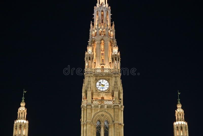 Detaljer av Wien stadshus på natten royaltyfri foto