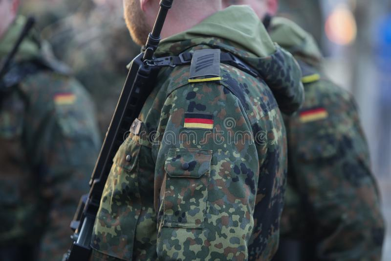 Detaljer med likformign och flaggan av tyska soldater arkivfoto