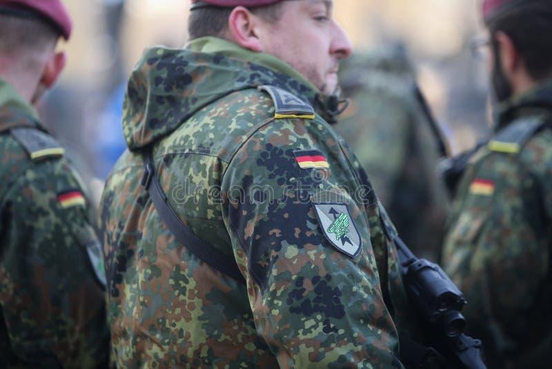 Detaljer med likformign och flaggan av tyska soldater royaltyfria foton
