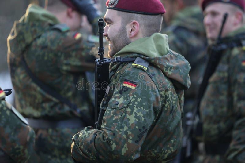 Detaljer med likformign och flaggan av tyska soldater royaltyfria bilder