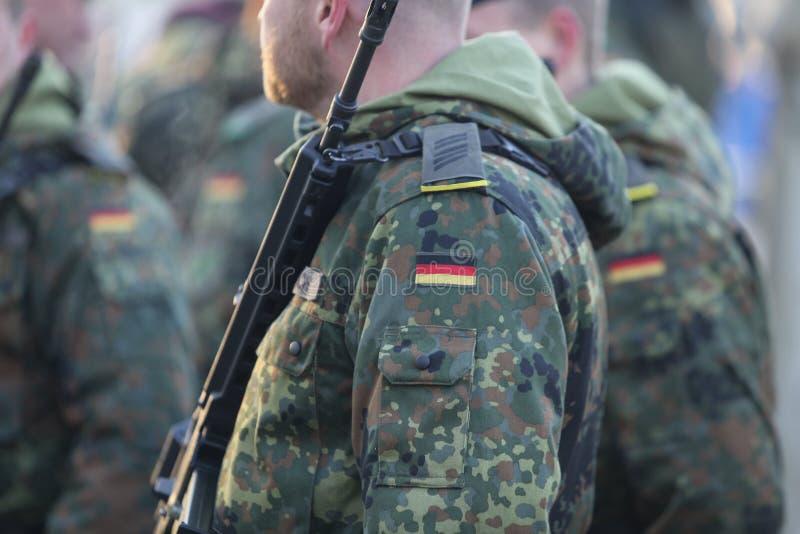 Detaljer med likformign och flaggan av tyska soldater arkivfoton
