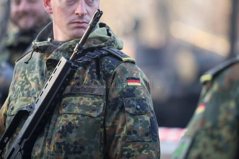 Detaljer med likformign och flaggan av tyska soldater fotografering för bildbyråer