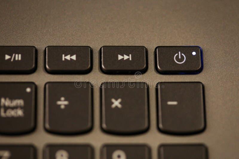 Detaljer med PÅ/AVknappen på ett bärbar dator-/datortangentbord royaltyfri fotografi