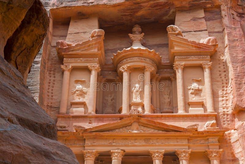 Detaljer om finansministeriets fasad Al Khazneh, Petra, Jordanien royaltyfria bilder