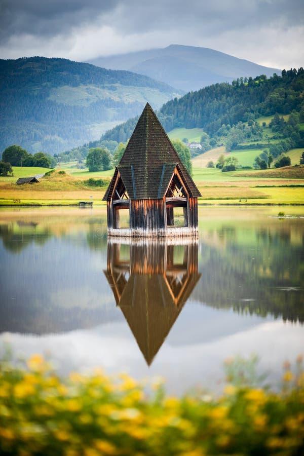 Detaljer om kyrkosteeple i Rottenmann-sjön royaltyfri bild