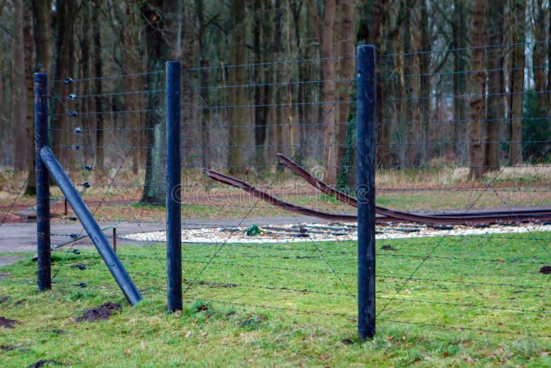 Detaljer om trasig järnvägslinje bakom taggtråd från Camp Westerbork Hooghalen, Nederländerna royaltyfri foto